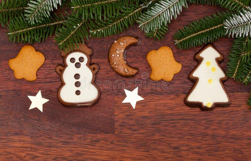 Cookies do gengibre durante o tempo do Natal imagem de stock