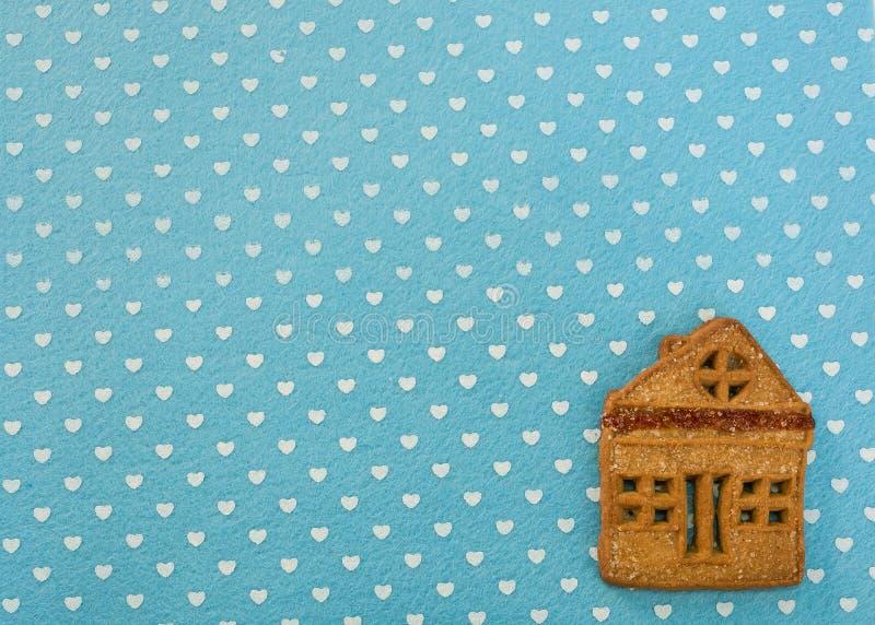 Cookies do gengibre do Natal que encontram-se em um fundo azul foto de stock