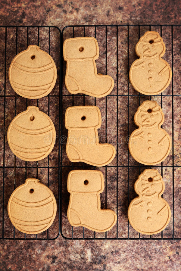 Cookies do Natal da vista superior na cremalheira fotos de stock royalty free