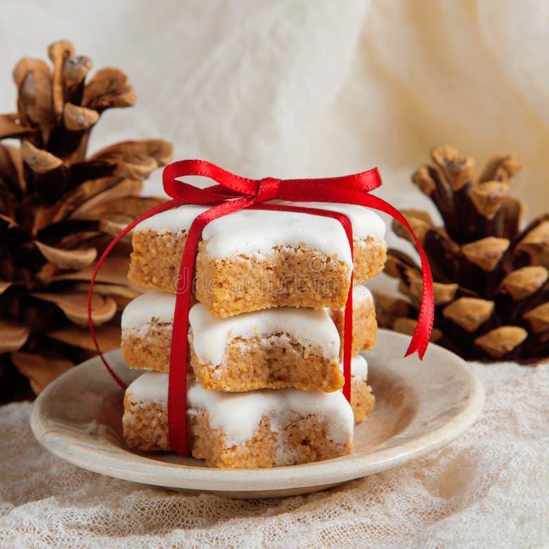 Cookies do Natal decoradas no fundo de madeira com guardanapo fotografia de stock