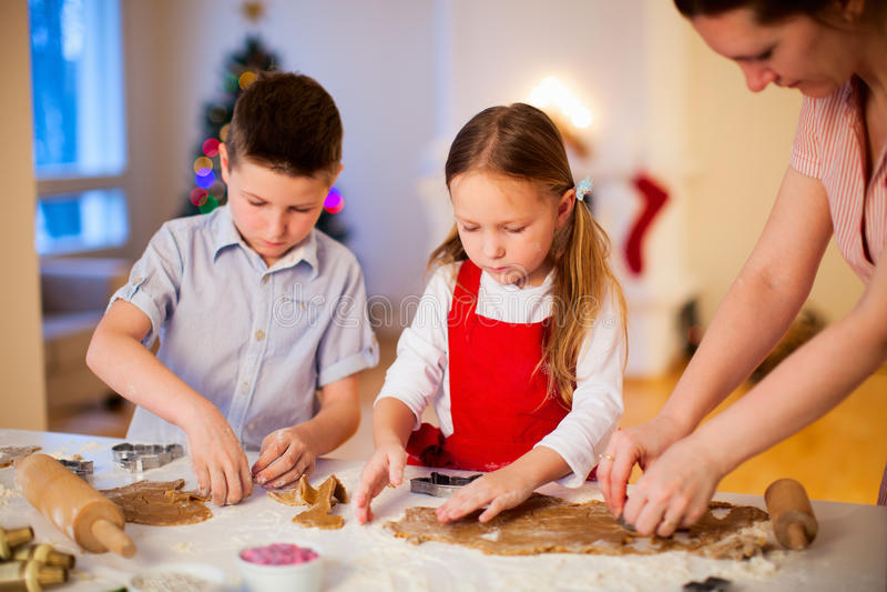 Cookies do Natal do cozimento da família fotos de stock royalty free