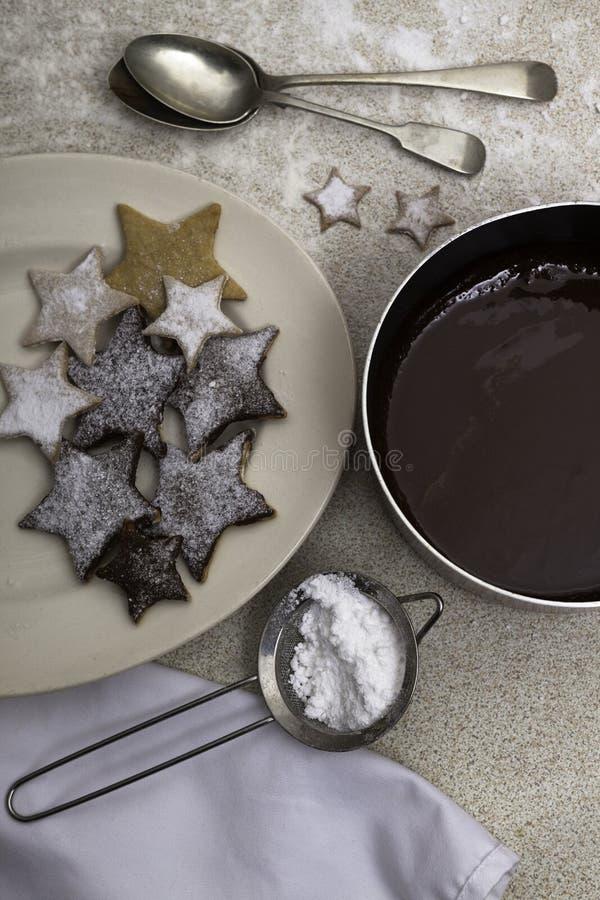 Cookies do Natal e um prato do chocolate derretido fotos de stock