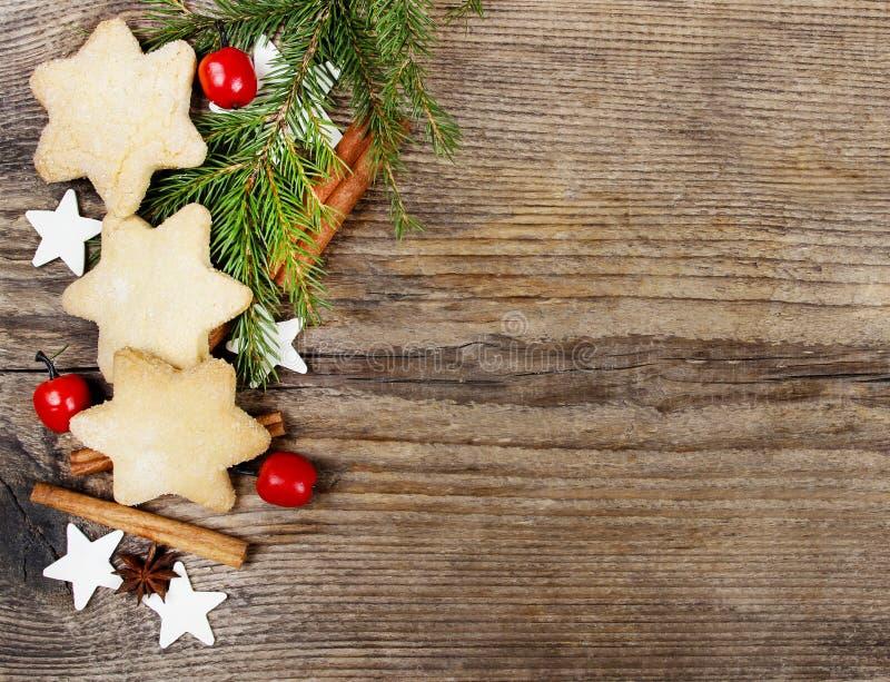 Cookies do Natal no fundo de madeira fotografia de stock royalty free