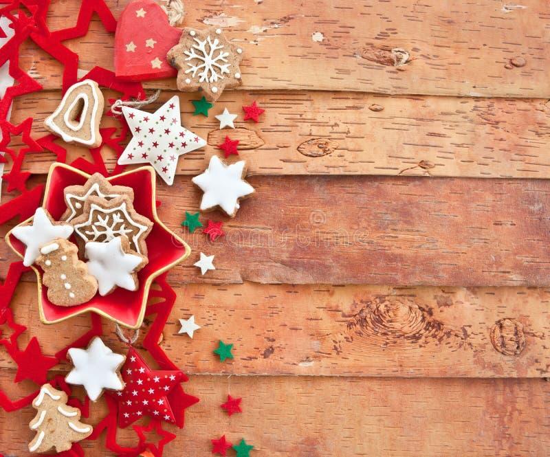 Cookies do Natal no fundo rústico imagens de stock
