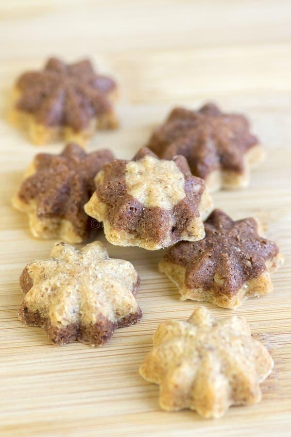 Cookies do Natal do sandbakelse da canela, marrom escuro de duas cores, do cacau e marrom dourado claro da baunilha, cookies chec fotos de stock