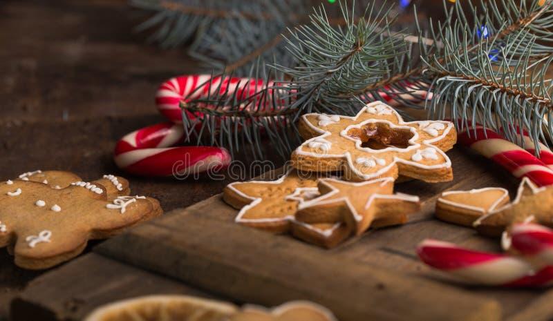 Cookies do pão-de-espécie com as decorações dos chrismas na tabela de madeira Estrela das cookies do pão-de-espécie gingerbread fotografia de stock
