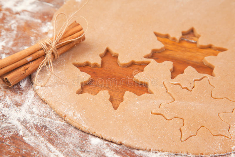 Cookies do pão-de-espécie de Makig imagem de stock