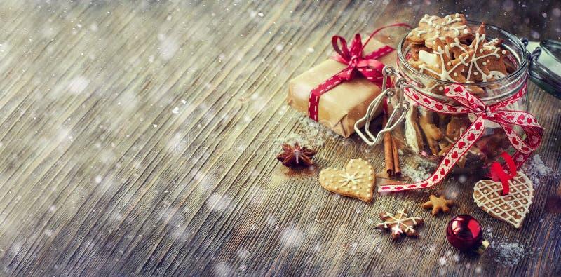 Cookies do pão-de-espécie do Natal, deco rústico festivo da tabela do vintage imagens de stock royalty free