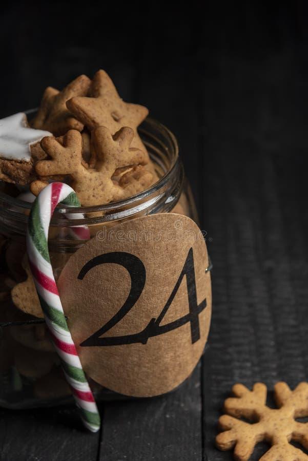 Cookies do pão-de-espécie em um frasco com número 24 nele fotos de stock