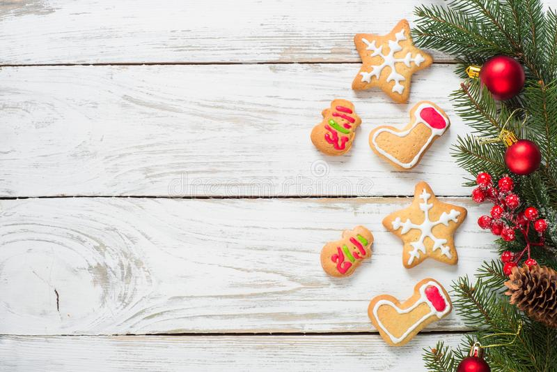 Cookies do pão-de-espécie do Natal no branco fotos de stock