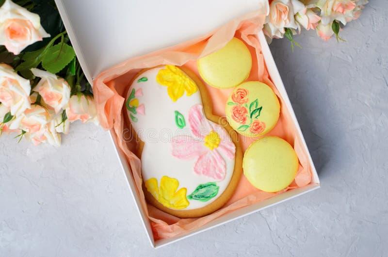 Cookies do pão-de-espécie para o 8 de março e o Macarons, grupo feito a mão dos doces do dia das mulheres imagens de stock