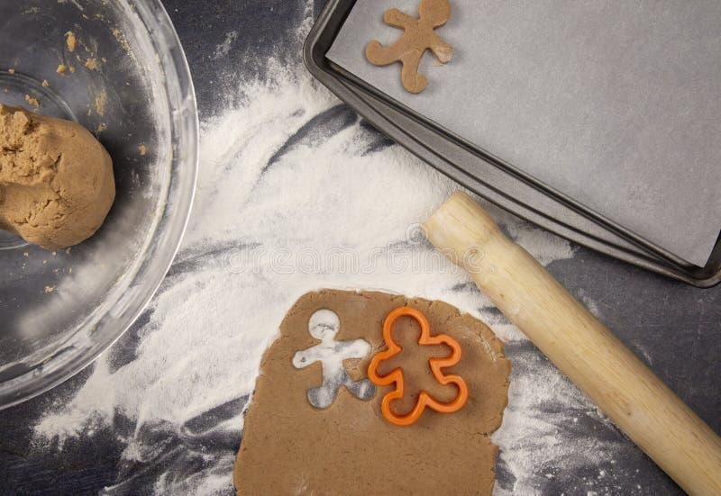 Cookies do pão-de-espécie que estão sendo desenrolados e corte foto de stock