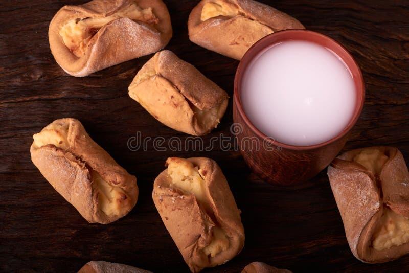 Cookies do requeijão e vidro da argila do leite Vista superior, configuração lisa na mesa de madeira imagens de stock
