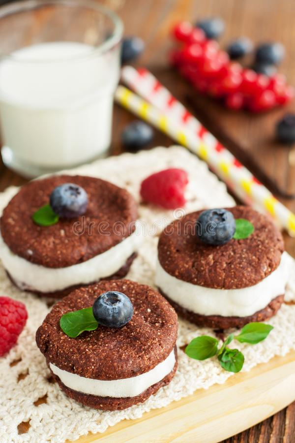 Cookies do sanduíche do chocolate imagem de stock royalty free
