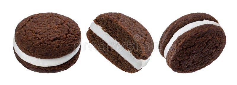 Cookies do sanduíche do chocolate, biscoitos cozidos enchidos com o creme do leite isolado no fundo branco fotos de stock royalty free