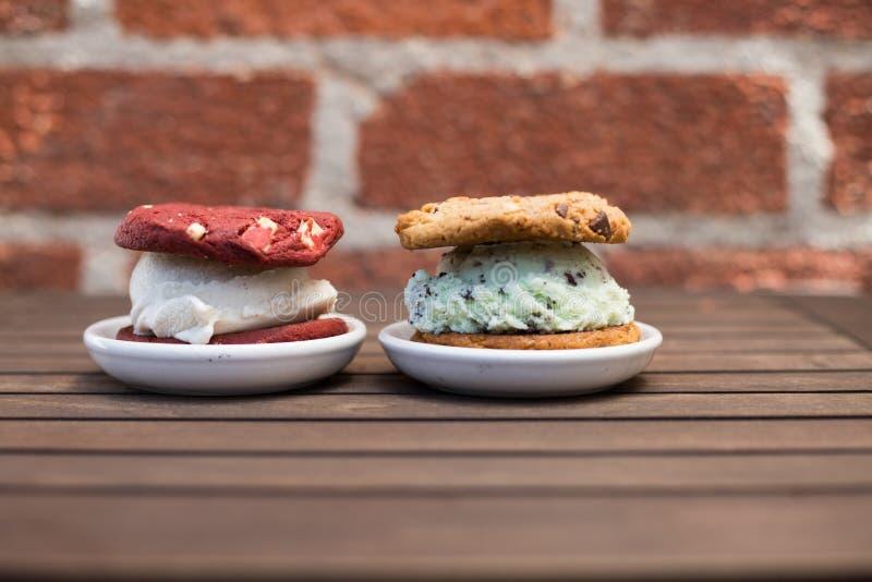 Cookies do sanduíche do gelado fotografia de stock