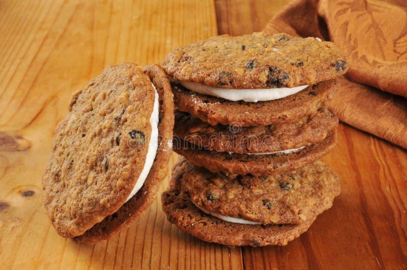Cookies do sanduíche do melaço da farinha de aveia fotografia de stock