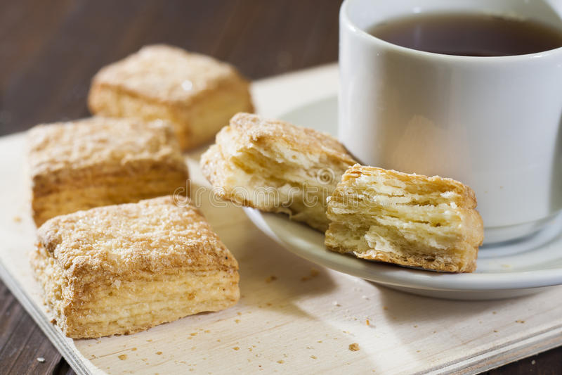 Cookies do sopro em uma bandeja de madeira com um copo do chá foto de stock royalty free