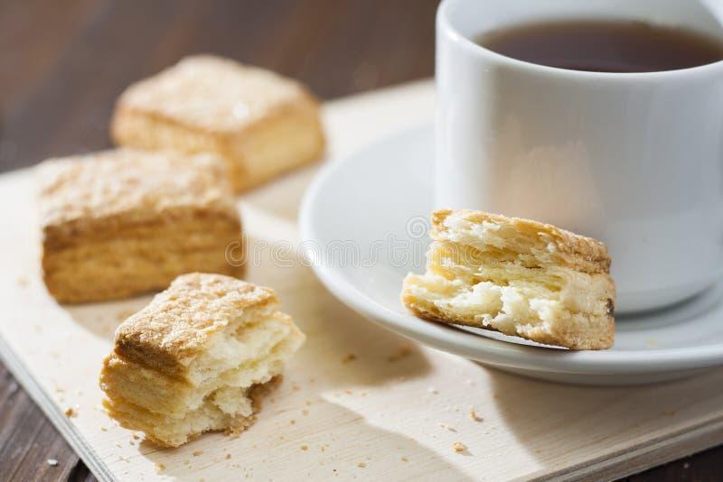 Cookies do sopro em uma bandeja de madeira com um copo do chá fotografia de stock royalty free