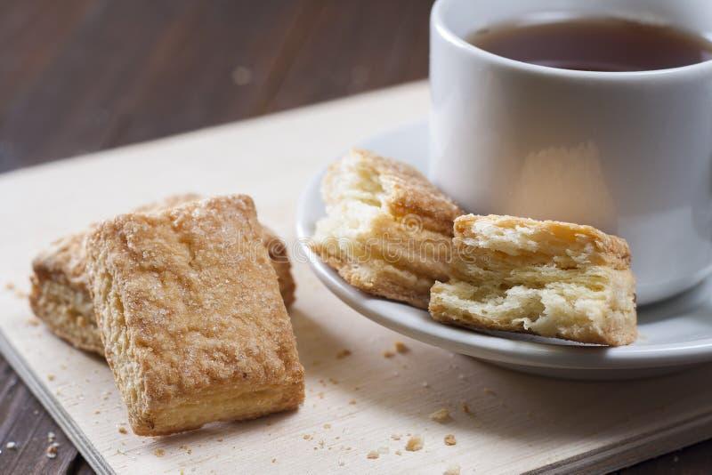 Cookies do sopro em uma bandeja de madeira com um copo do chá imagem de stock royalty free