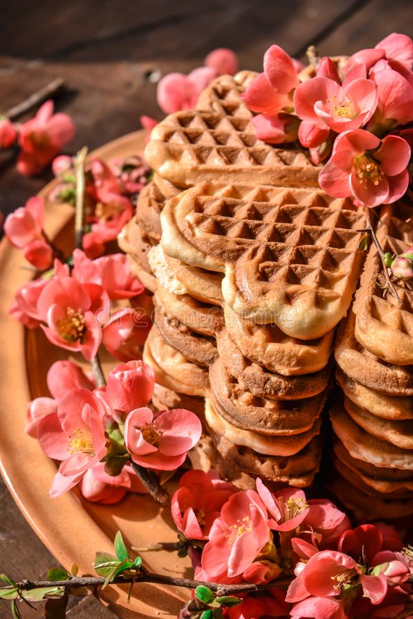 Cookies do waffle arranjadas no formulário do bolo foto de stock royalty free