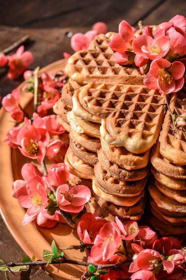 Cookies do waffle arranjadas no formulário do bolo foto de stock royalty free