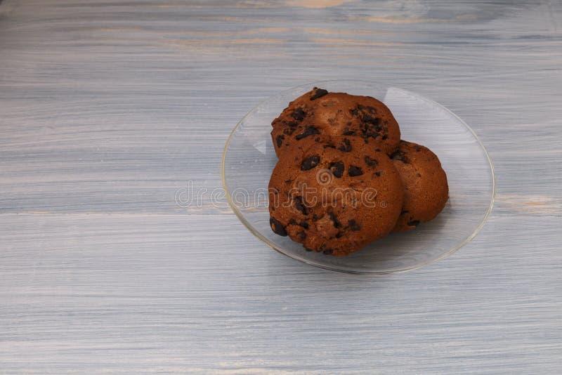 Cookies doces com chocolate no fundo azul fotos de stock royalty free