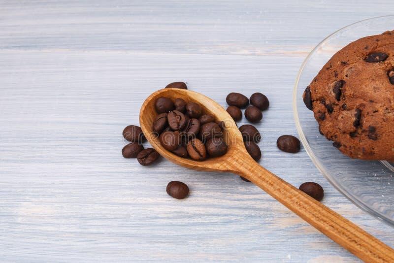 Cookies doces com chocolate no fundo azul imagem de stock royalty free