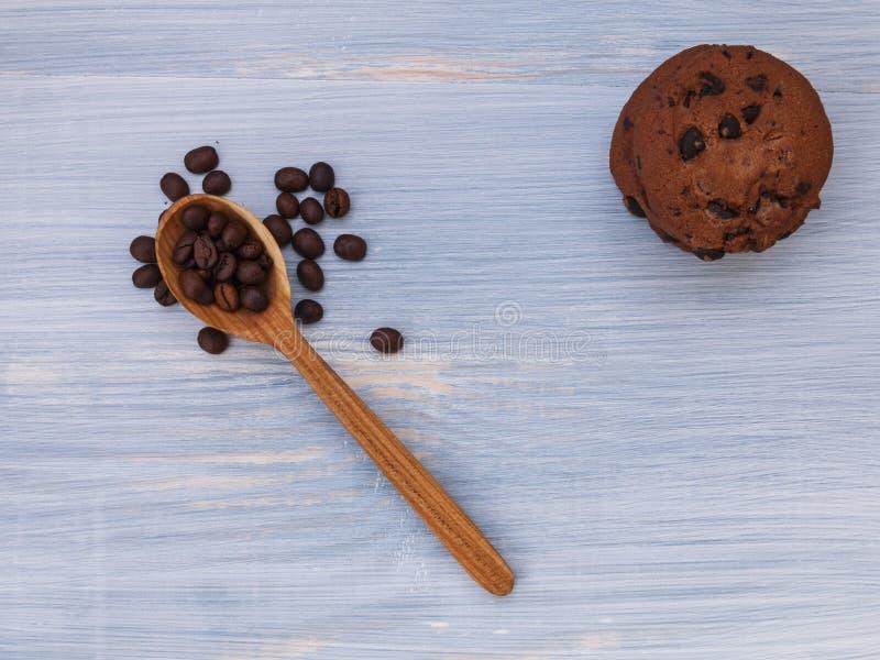 Cookies doces com chocolate no fundo azul foto de stock