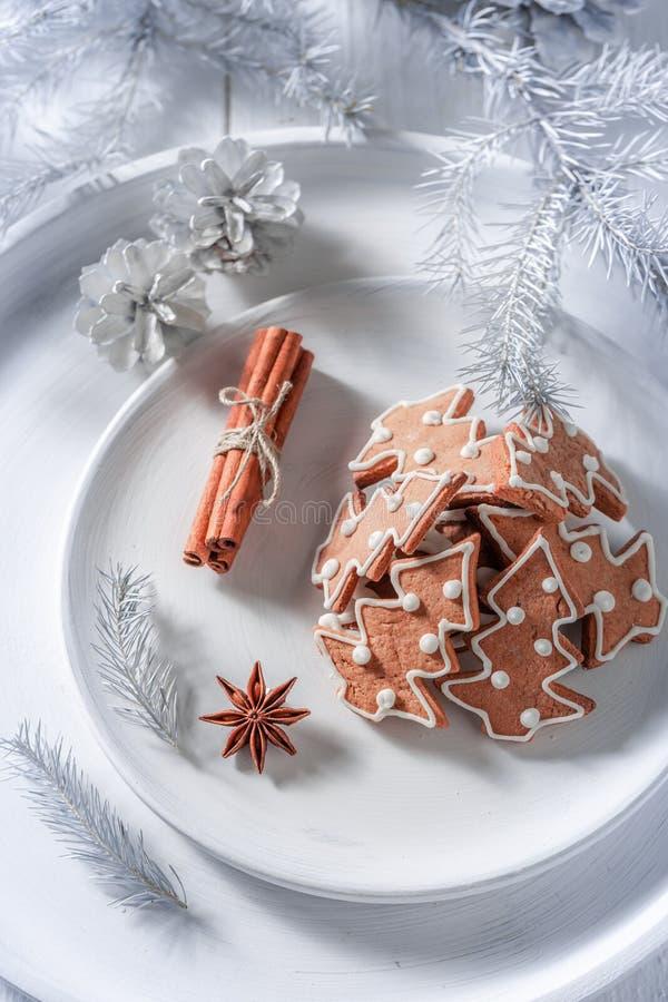 Cookies doces e saborosos do pão-de-espécie para o Natal no branco fotografia de stock royalty free