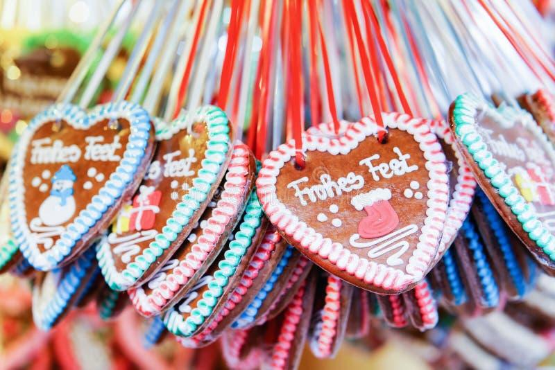 Cookies dos corações do pão-de-espécie no mercado do Natal em Gendarmenmarkt no inverno Berlim; Alemanha Advent Fair Decoration e fotos de stock royalty free