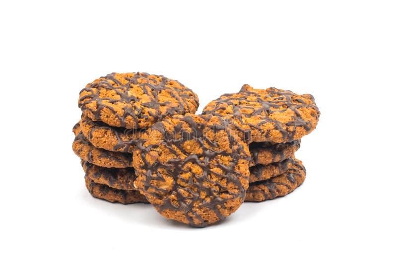 Cookies dos pedaços de chocolate com os amendoins isolados imagem de stock