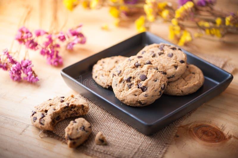 Cookies dos pedaços de chocolate no prato cerâmico preto foto de stock royalty free