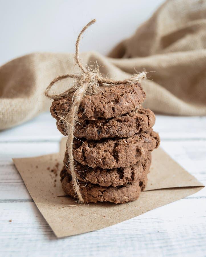 Cookies dos peda?os de chocolate amarradas com uma corda imagem de stock