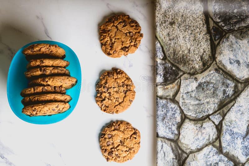 Cookies dos peda?os de chocolate no fundo r?stico fotografia de stock royalty free