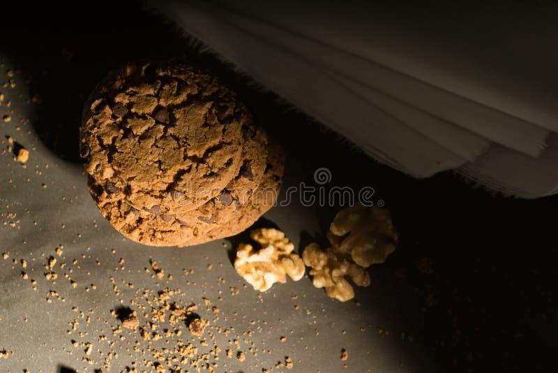 Cookies dos peda?os de chocolate no fundo r?stico imagens de stock royalty free