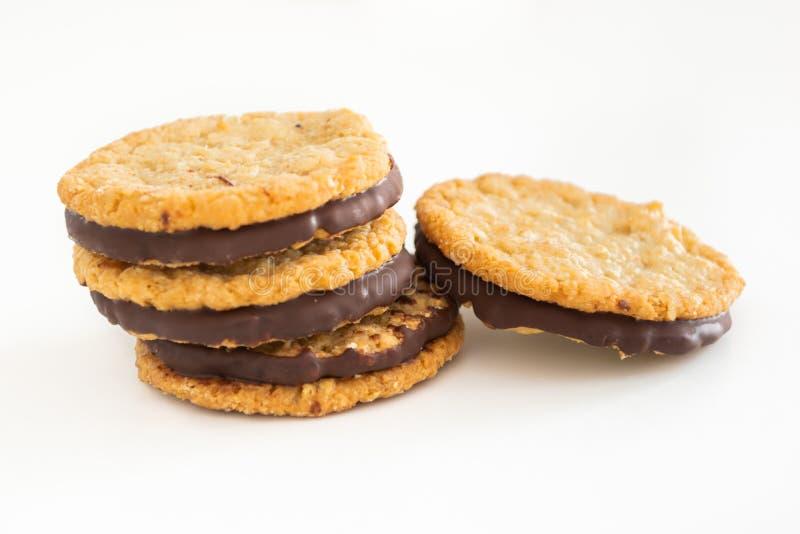Cookies e chocolate de farinha de aveia no fundo branco fotografia de stock
