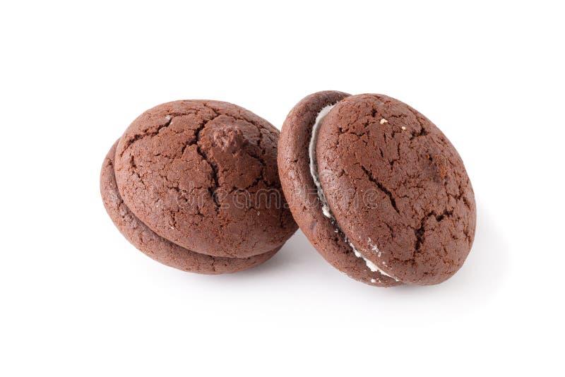 Cookies e creme do chocolate do sandu?che em uma placa branca isolada sobre o fundo branco foto de stock