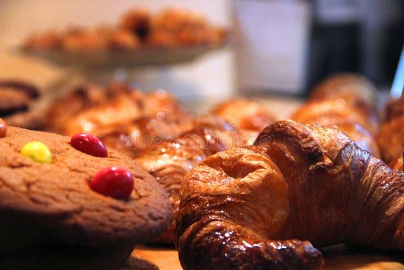 Cookies e croissant imagens de stock royalty free