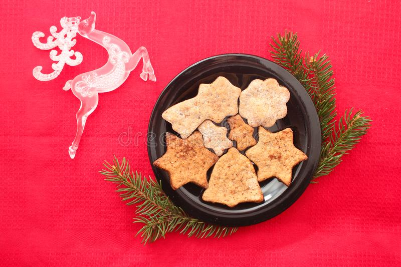 Cookies e decorações do Natal no fundo vermelho fotos de stock royalty free