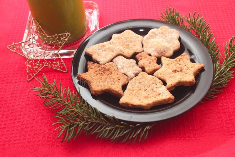Cookies e decorações do Natal no fundo vermelho imagem de stock royalty free