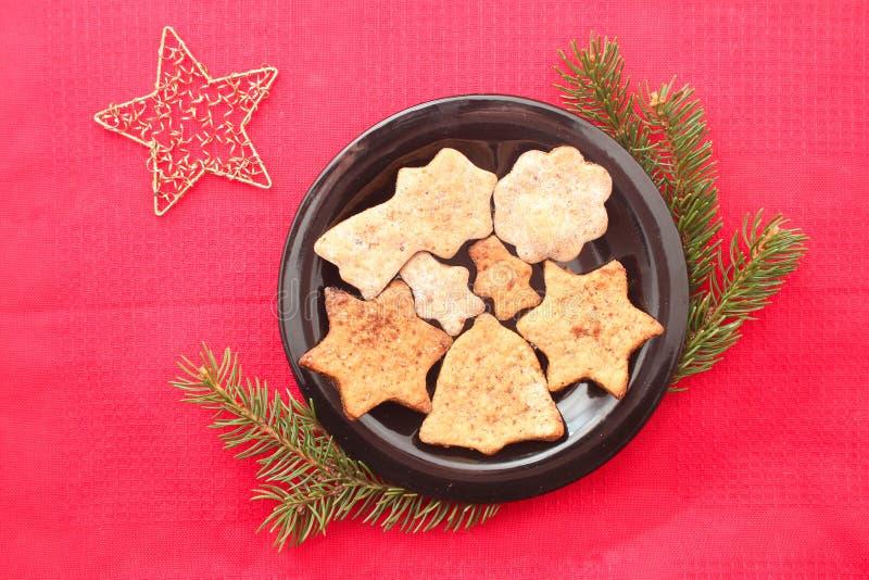Cookies e decorações do Natal no fundo vermelho fotografia de stock royalty free