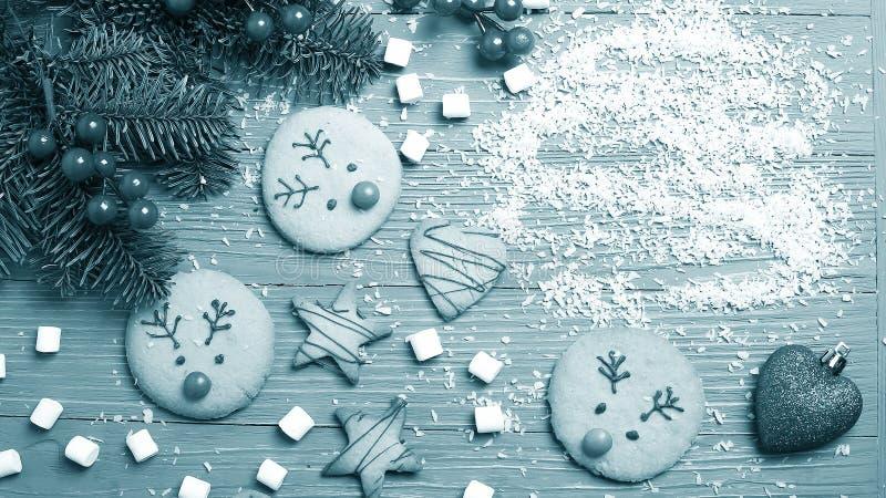Cookies e deleites do Natal na tabela Presentes doces para a criança imagens de stock royalty free