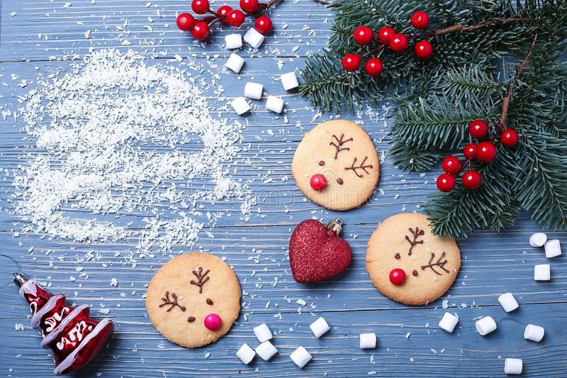 Cookies e deleites do Natal na tabela Presentes doces para a criança imagens de stock