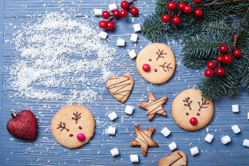 Cookies e deleites do Natal na tabela Presentes doces para a criança foto de stock