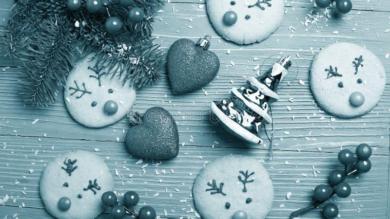 Cookies e deleites do Natal na tabela Presentes doces para a criança fotografia de stock royalty free