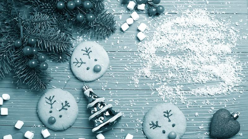 Cookies e deleites do Natal na tabela Presentes doces para a criança imagem de stock royalty free