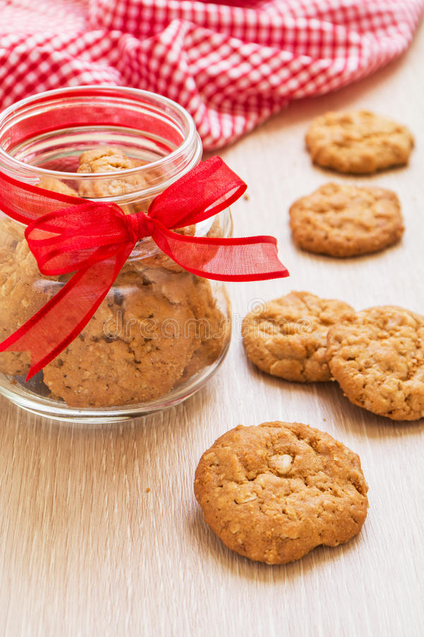 Cookies e garrafa de manteiga na tabela fotos de stock royalty free