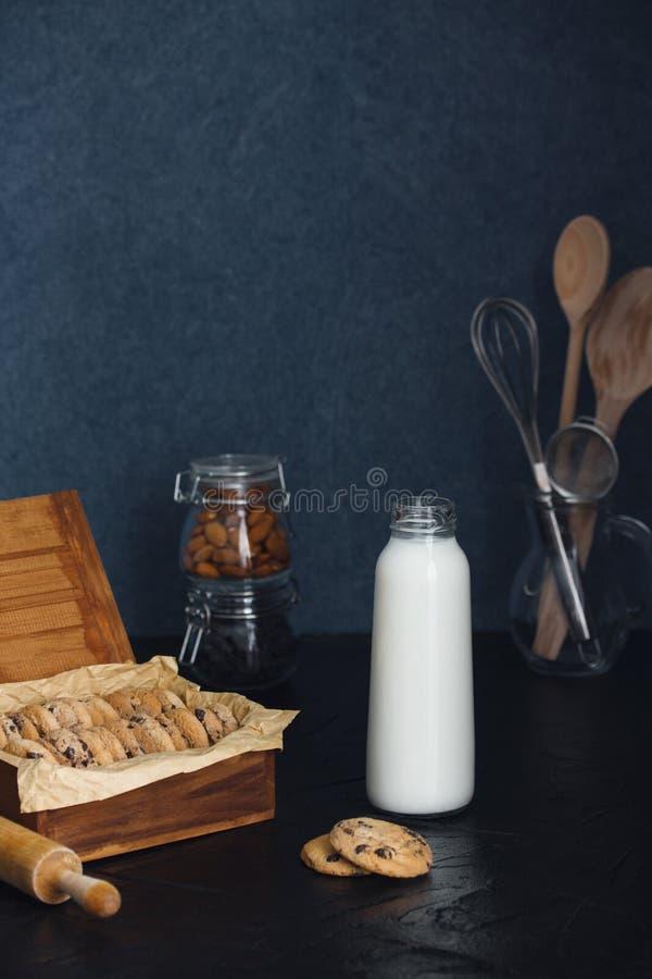 Cookies e garrafa recentemente cozidas da microplaqueta da amêndoa do chocolate com leite fotos de stock