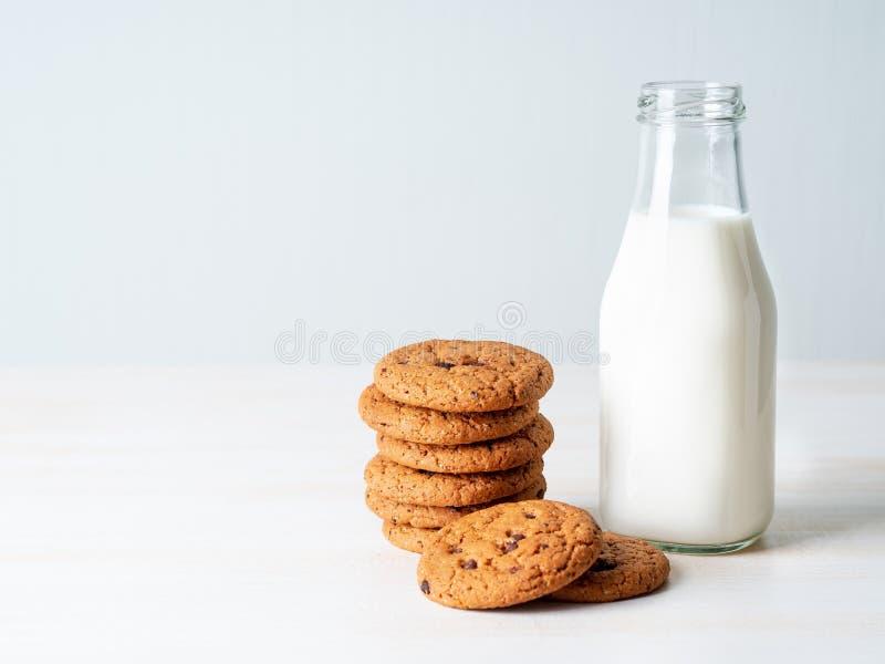 Cookies e leite de farinha de aveia do chocolate na garrafa, petisco saudável Lig imagem de stock